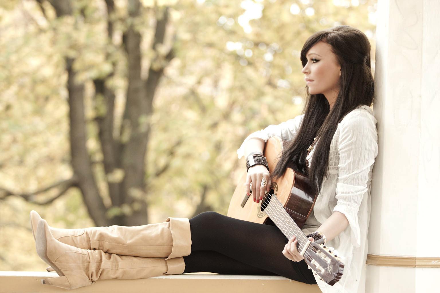 Красивые девушки с гитарами 10 фотография